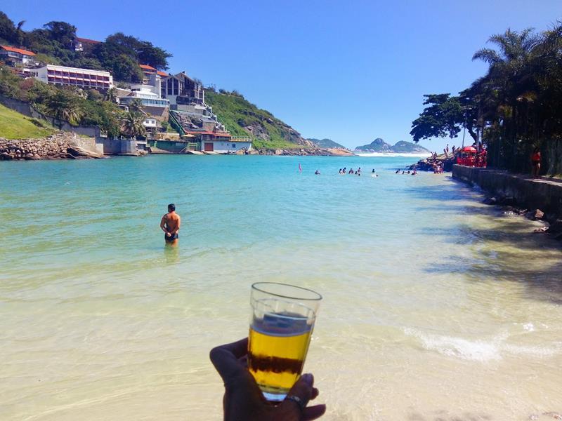 cervejinha na praia dos amores