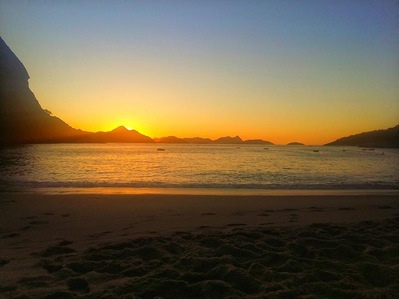 praia vermelha e o nascer do sol