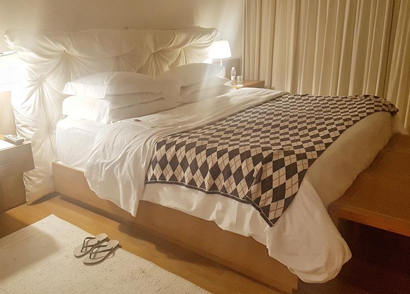cama arrumada pelo mordomo