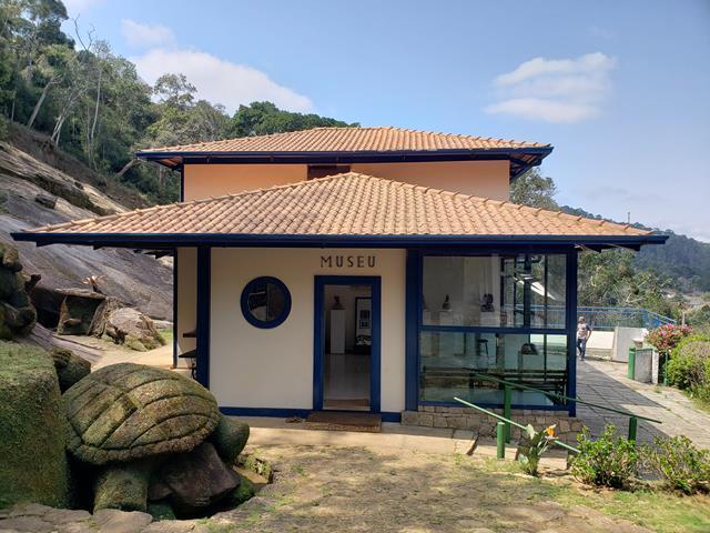 museu com as esculturas de madeira