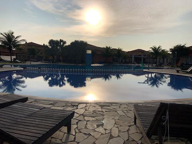 piscina rasa de crianças céu claro com poucas nuvens e sol nascendo