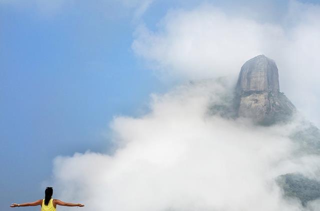pedra bonita com neblina