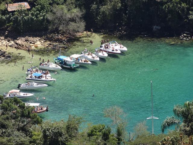 lagoa verde cheia de embarcacoes