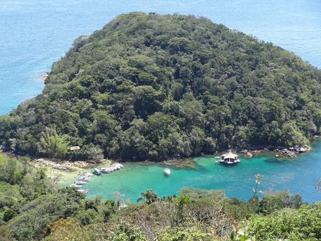 Lagoa verde vista do Pico do Urubu