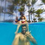 piscina coqueiros verdes céu azul e nuvens brancas no portobello resort