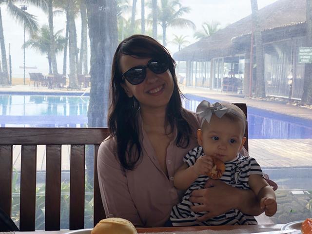 café da manhã do portobello resort ao lado da piscina com coqueiros