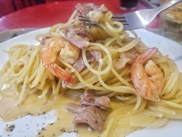 spaghetti alla carbonara de parma com camaroes