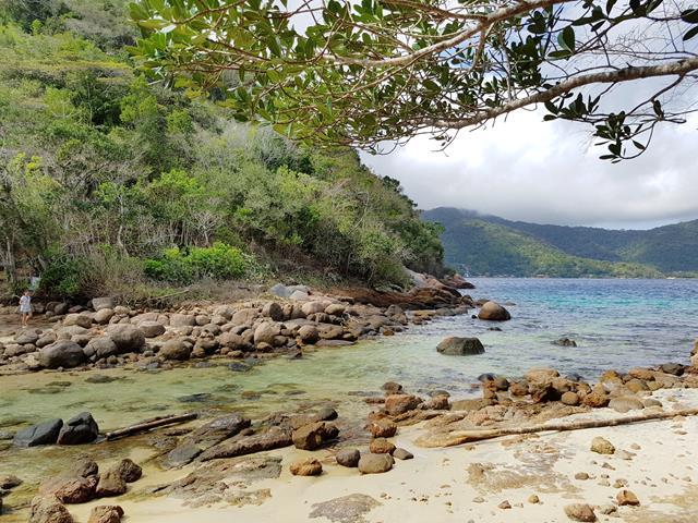 Lagoa Verde faixa de areia e pedras