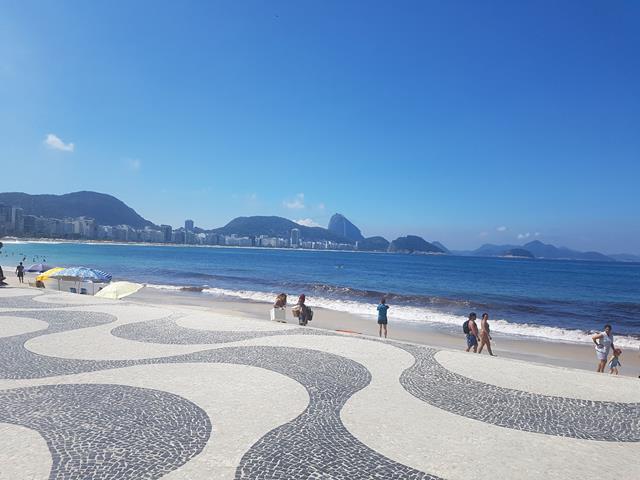 Praia de Copacabana calcadao e mar