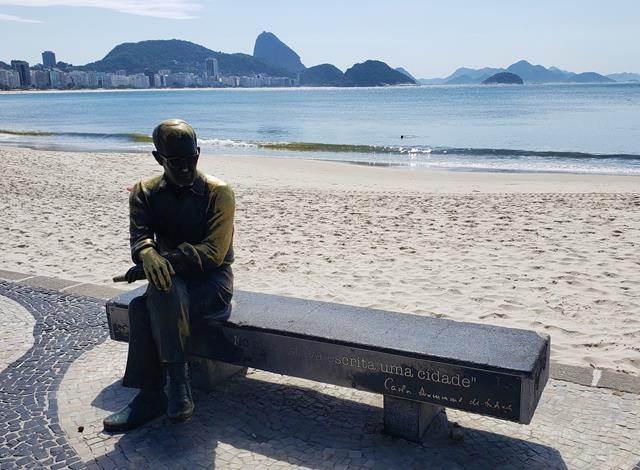 Estatua de Carlos Drummond em Copacabana