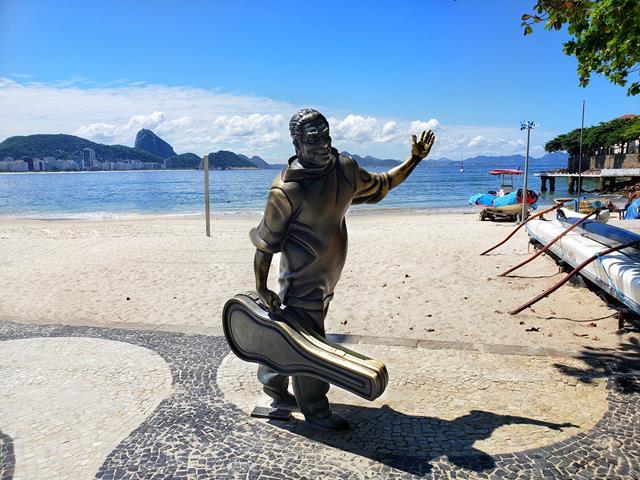 estatua de Dorival Caymmi em Copacabana