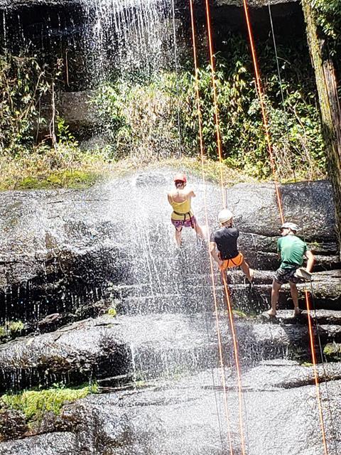 Rapel molhado na cachoeira da macumba
