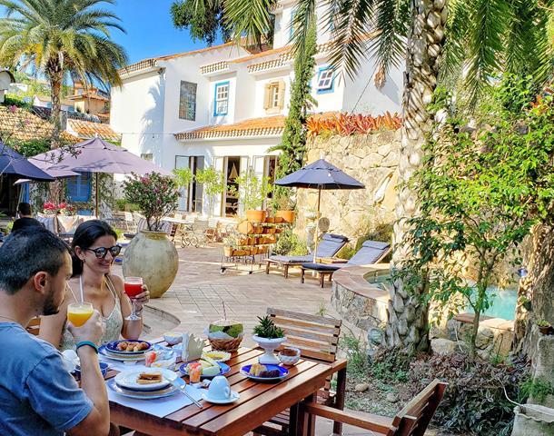 Café da manha no jardim do hotel vila da santa